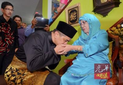阿兹敏深受2014年9月走马上任州务大臣职前,亲吻母亲手背,谢天谢地养育的惠。