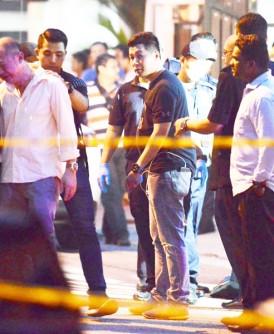 死者丈夫(左2)趋前到车的司机座确认死者遗容后,顿时情绪失控,双眼泪奔。