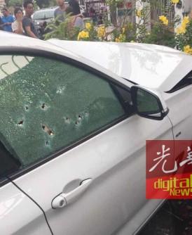 枪击痕迹都是集中在轿车前方的右侧车窗,警方相信枪手是在近距离下开多枪作案。