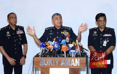 卡立(中)星期三(22日)在记者会发布案情进展,左起卡里尔与阿都沙马。