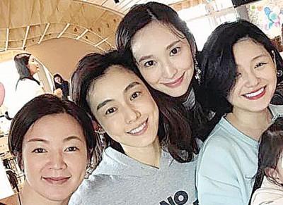 阿雅(左起)、范范、吴佩慈和大S聚会。