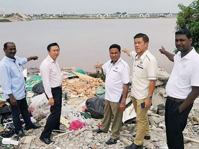赵志刚(左2起)、英德星、赵启兴及赛伟尔一同巡视非法垃圾场,发现湖泊景色受影响。