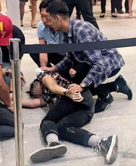 少年从4楼坠下后,不少公众赶上前施予救援。