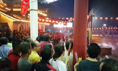海珠屿五属于大伯公庙挤满人潮,香火鼎盛。