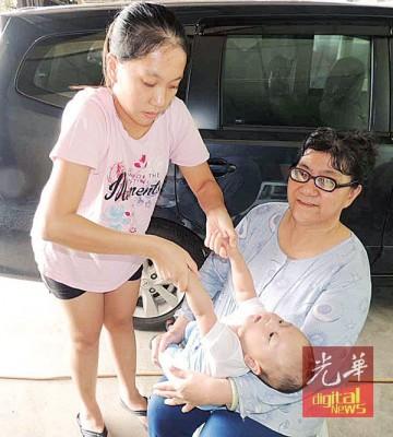 杨爱晶示范孩子被护士拉起双手致头部后倾的情况。