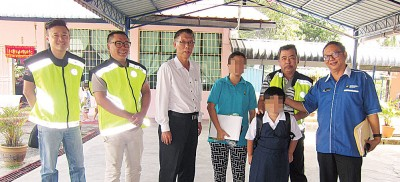 女童在母亲(右四)、许汉宏(中)、罗永忠(右1)及志工团团员陪同下,开开心心到双溪大年一所华小报读3年级,重返校园读书。
