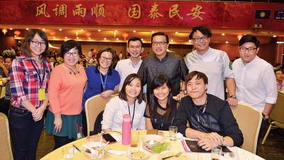 廖中莱(后排右3起)和《光华日报》执行编辑吴义民及本报记者在马华媒体之夜上合影。后排左起本报新闻组组长林家彣、专题组副主任刘燕龄、新闻组组长赖洁敏、温俊钦与陈子健。