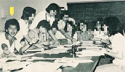 西华古玛(箭头所指)与校刊委员会成员在筹划年刊的工作时摄。