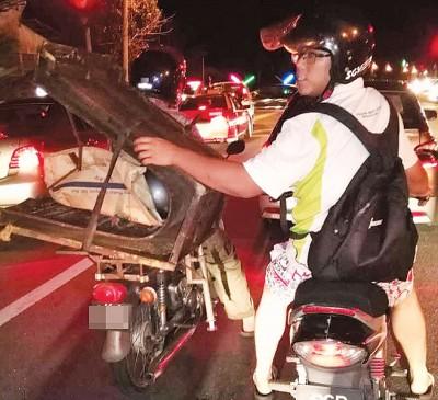 治安队队员拦阻载着制作水沟的铁模。
