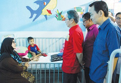 梁荣光(右3)探访因感染轮状病毒而留院观察的儿童。