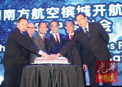 黄茁原(左起)、蔡德兴、王旭、吴骏、陈三顺和刘晓青切蛋糕,庆南航槟城开航25周年。