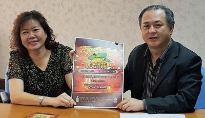 2017年州政府元宵庆典2月11日开锣,罗兴强(右)和槟岛市议员张君仪一同呼吁槟民,踊跃参与。