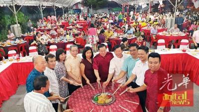 林吉祥(左5起)、周玉清、林冠英及曹观友与众嘉宾齐捞生,右起黄顺祥、杨顺兴及黄汉伟。