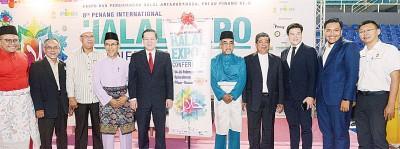 林冠英(左5)在拉昔(左4起)、阿都玛力、莫哈末沙布、谢嘉平、阿菲夫及郑来兴等人的陪同下,为第8届槟州国际清真展及论坛主持开幕礼。