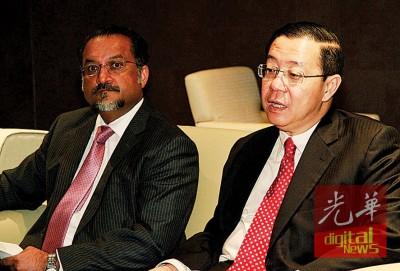 佳日星(左)在林冠英的陪同下,举证反驳联邦直辖区部长东姑安南助槟州马来人购屋论。