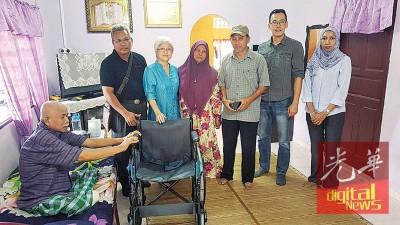 章瑛赠送一架轮椅予哈仑。右起为西蒂、胡智胜及鲁斯里;左为祖基菲。