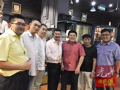 胡佑强(右三)为友身份与支持。