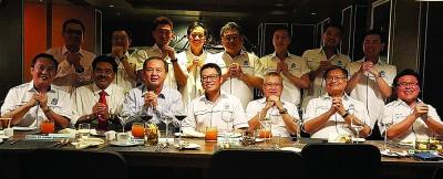 马来西亚房地产商公会槟城分会新春自由餐会;坐者左起罗振铨、杰瑟尼、罗兴强、杜进良、张福星、陈福星、方振忠。