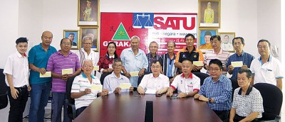 13个组织代表领取拨款后,与谢顺海(坐者左3)及民政党成员合影。