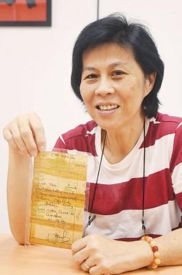 打从一出娘胎就被生母送给他人领养的华妇陈丽丽(Lily Tan)盼与分离失散多年的亲生兄姐相见。