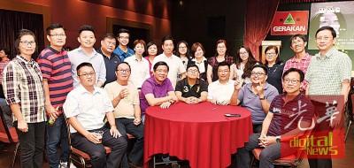 《光华日报》副总编辑林松荣(坐左4)率同仁与槟民政党主席邓章耀(坐左3)等合照留念。