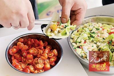 制作台式美生菜包虾松。
