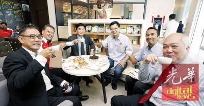 蔡智勇(左4)同陈环球(左3)共享茶点,同学有欠企业商业发展董事吴志成(左1)和市场董事梁炎明(右1)。