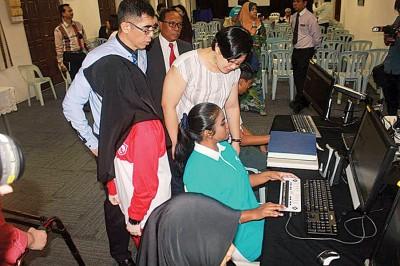 叶舒惠州议员及孙逸民了解有关方便视障学生学习的新系统。