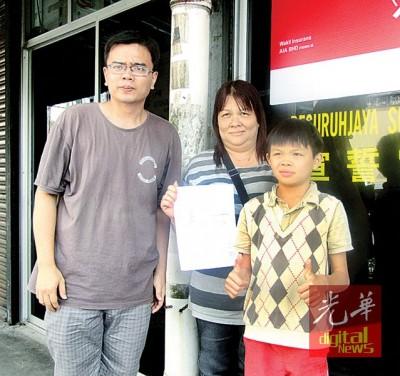 萧顺洋在母亲郑美翠及义工林伟杰陪同下,前往太平县教育局办理转校手续。