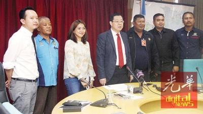 槟首长林冠英(左4)、热气球嘉年华主办单位负责人诺依扎蒂(左3)、槟城环球旅游机构总执行长黄茁原(左1)和槟岛市政厅执法组主任莫哈末菲鲁兹(左2)与其他人一起合照,庆贺热气球嘉年华成功举行。