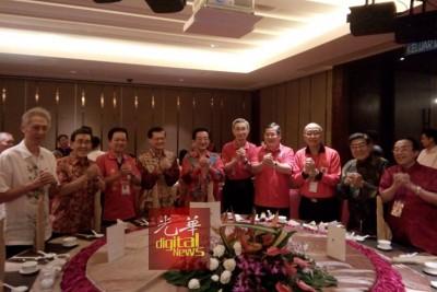 Lyh0217d:新山华团领袖在欢迎宴上与黄惠康(左5)一起向华社送上新年祝福。左7为郑金财。