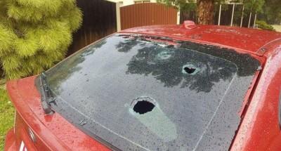 有汽车玻璃被冰雹打穿。