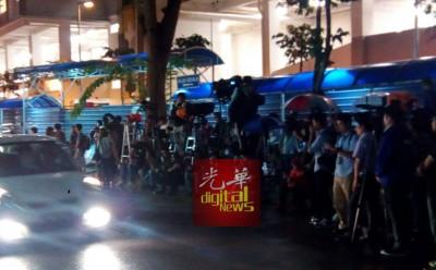 大宗国内外记者驻守吉隆坡中央医院停尸房前。