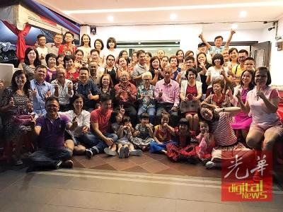 林亚国于去年12月30日,从吉隆坡赶抵家门与母亲庆生后,林氏家族成员于家门前大合照已成回忆。