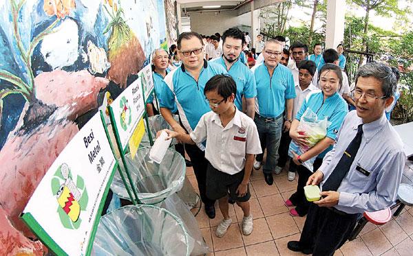 教育孩童养成垃圾分类,让小孩自小养成这个良好的习惯,不要成为垃圾虫。