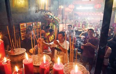 来自国内外的善信纷纷到庙内上香膜拜。