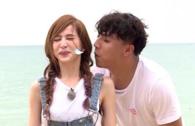 王心凌(左)在《我们的选择》玩游戏时,鼻子引人注目。