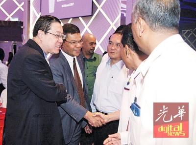 首长林冠英到光大TheTop礼堂,与业者及的士司机代表握手寒暄。