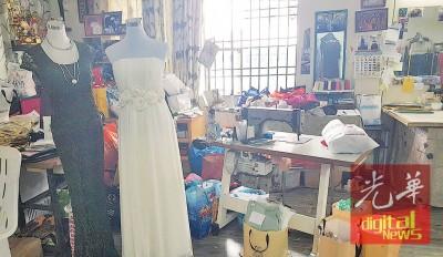 店里地上一隅摆满一袋袋顾客带来的布料等着她缝制。