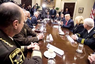 特朗普当白宫会见一批县警长时表示,移民行政命令官司会起到底,因保有关指令。(法新社照片)