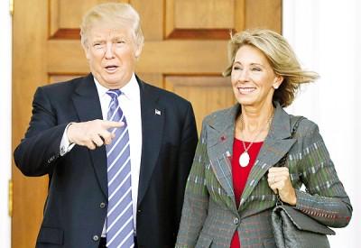 民主党参议员反对德沃斯(右)当教育部长。