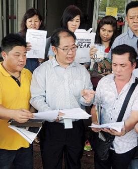 黄伟益(前排中)带领12名一间美国直销公司槟州经营者前往槟州贸消部投报,指遭扣押奖金及佣金高达逾20万令吉。