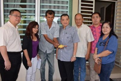 王金泉(左3)在陈德钦(左4)及吴瑞音(左2)协助下,召开记者会,诉说自己的受骗经历。
