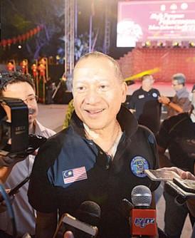 纳兹里批评前首相敦马哈迪执政时,可让其他外国人来马投资,但如今中国人来马投资则被视为侵略?