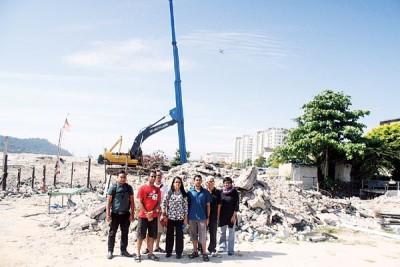 姬达(右)号召居民和社运份子到填海计划工地抗议,中为苏慈特拉,左3为汪荣木。