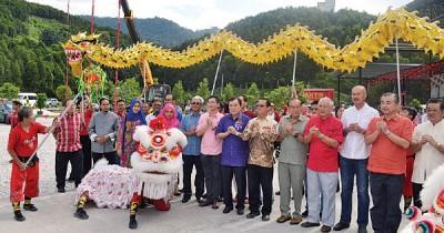 黄家泉(右7)出席沉香园的庆祝元宵节庆典。
