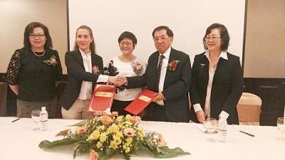 环球教育中心与British Council进行合作并签署合作协议书。(左起)林丽燕、珊曼莎、周美芬、谢诗坚及朱丽娜郭。