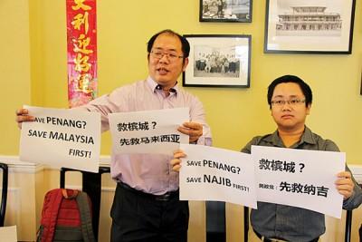 """黄伟益(左)和王宇航(右)""""赠言""""予民政党。"""