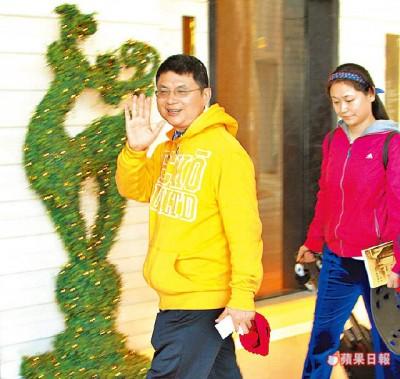 肖建华被抓回中国前,长期住香港四季饭店遥控事业,出入常有女保镳随行。