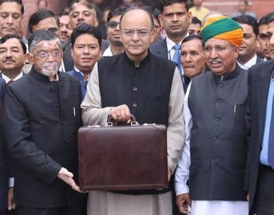 印度财政部长贾特里(受到)通告,年收入25万卢比到50万卢比的群众,所得税从现有的10%退至5%。